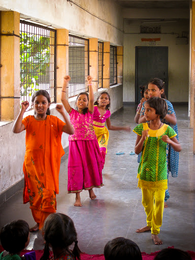 Meisjes geven een demonstratie karate.